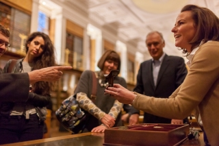 Volunteer running a Hands On desk at the British Museum. (© Benedict Johnson/British Museum)
